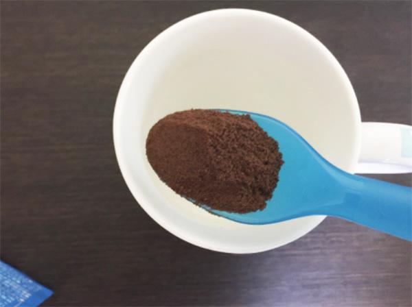 少量のホットミルクで粉を十分に溶かす